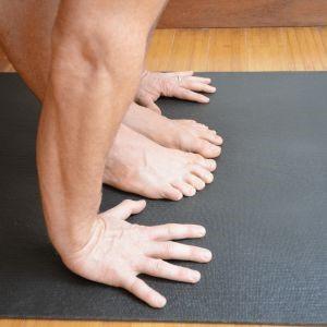 انگشتان دست در امتداد انگشتان پا در حرکت خم به جلو سلام بر خورشید
